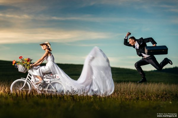 romantické zábavné svadobné fotografie pri západe slnka