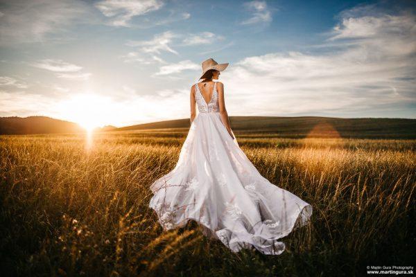 romantické svadobné fotografie pri západe slnka