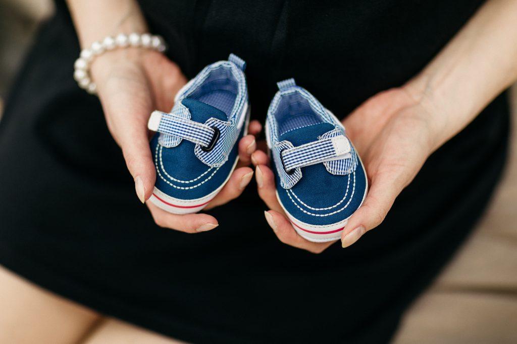 Tehotenské foto - detail na topánočky