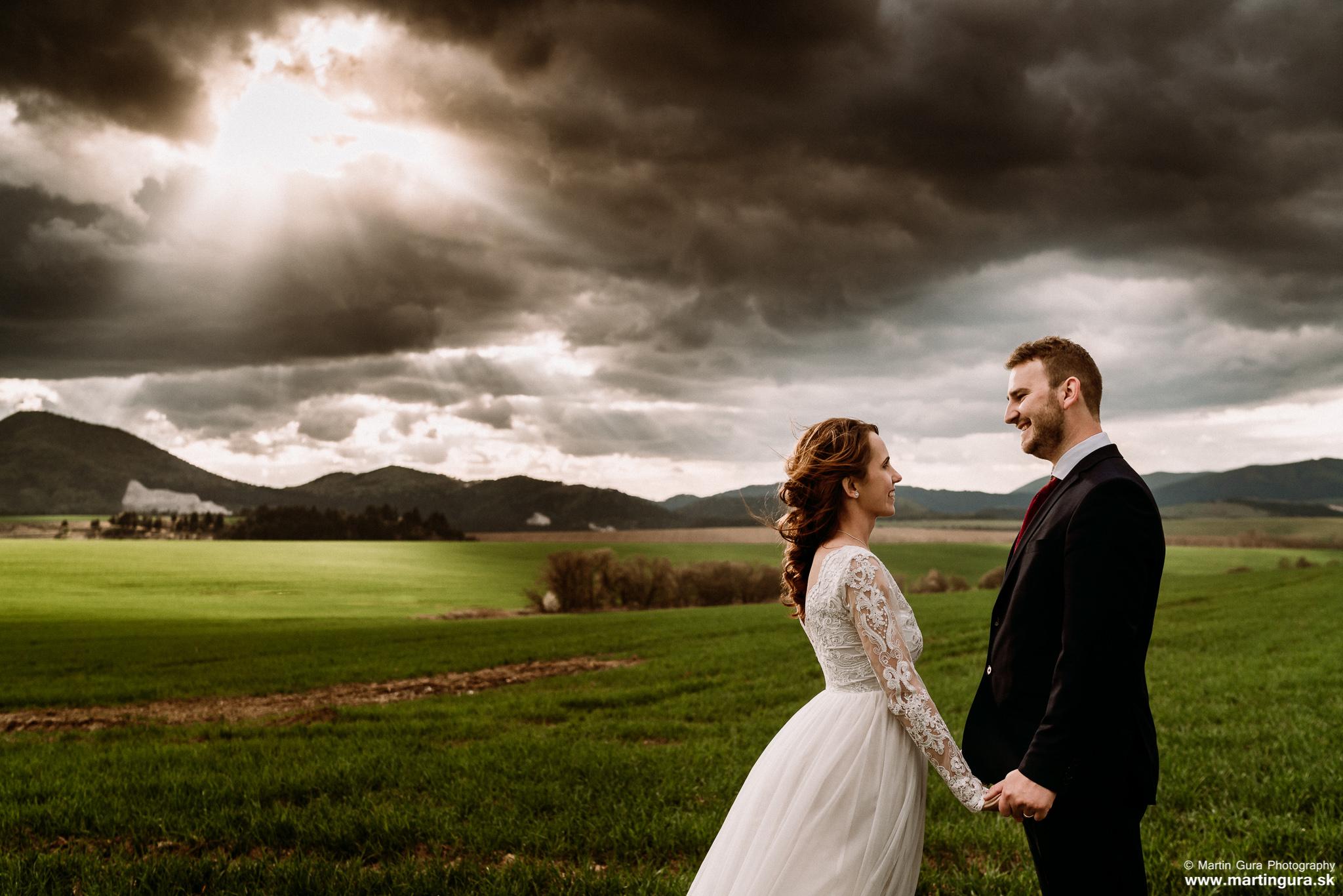 Svadobné fotografie L&M - západ slnka - dramatické počasie