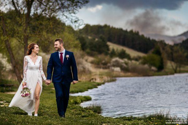 Svadobné fotografie L&M - prechádzka pri jazere
